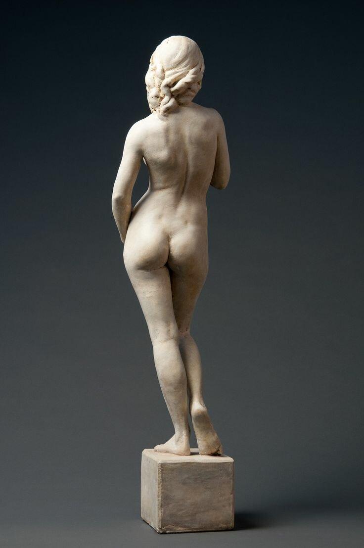 Позирование обнаженных скульптору