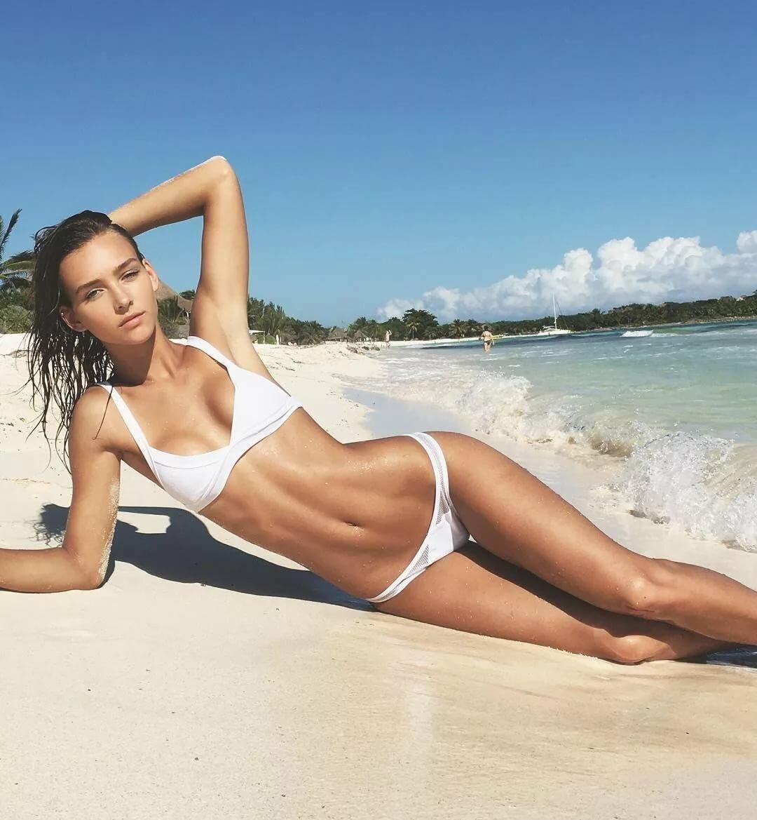 девушки в белых купальниках на пляже фото красоток
