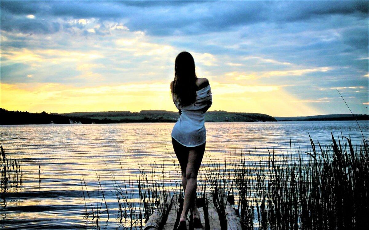 Картинки девушка у реки со спины