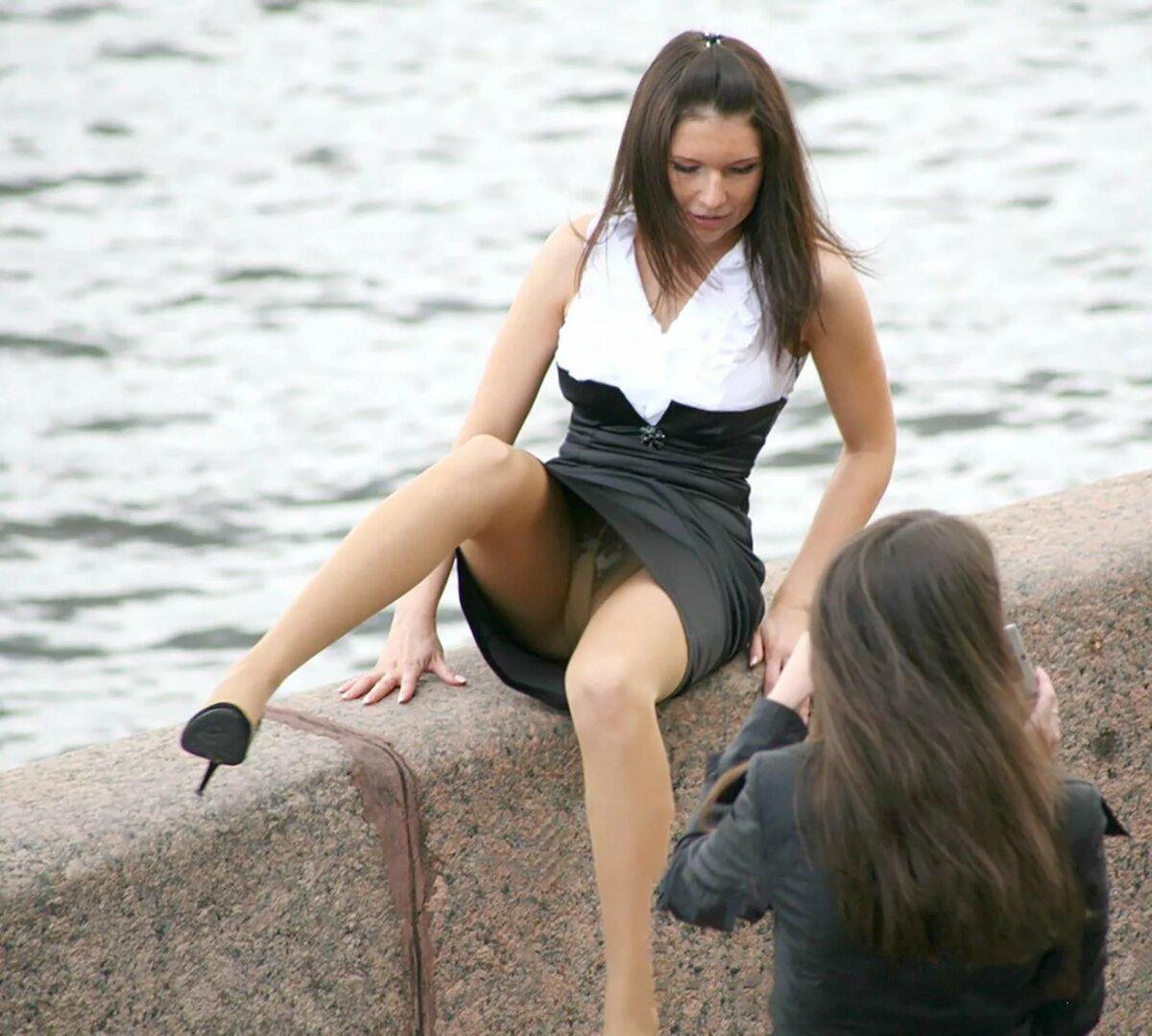 фото под юбкой у девушек сидящие держал пистолет