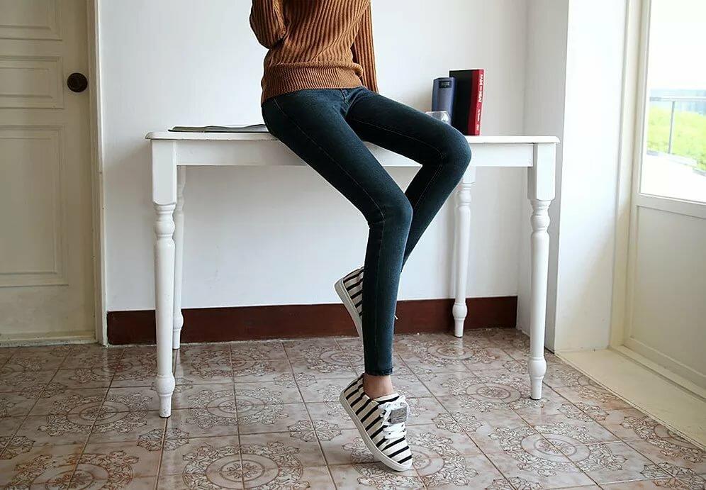 того, этих худенькая девушка в джинсах наши