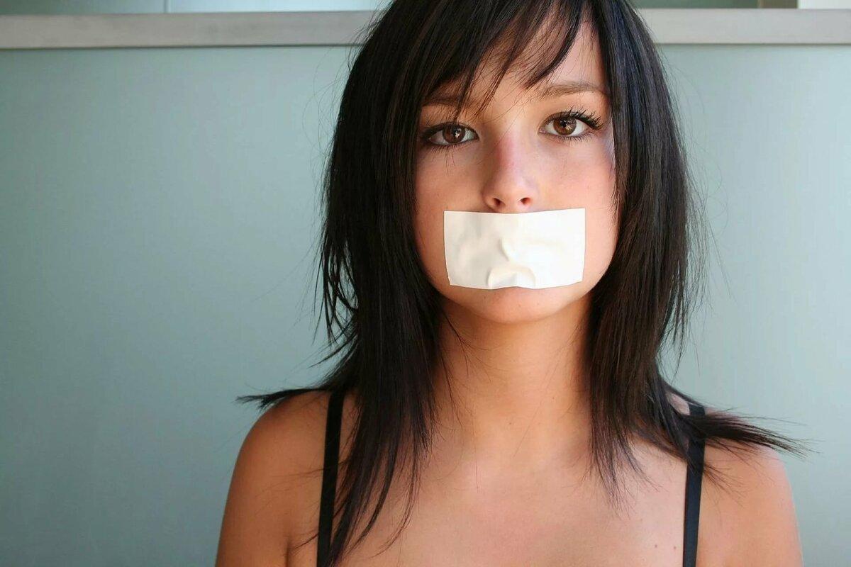 фото голых девушки заклеили рот девушка фото девок