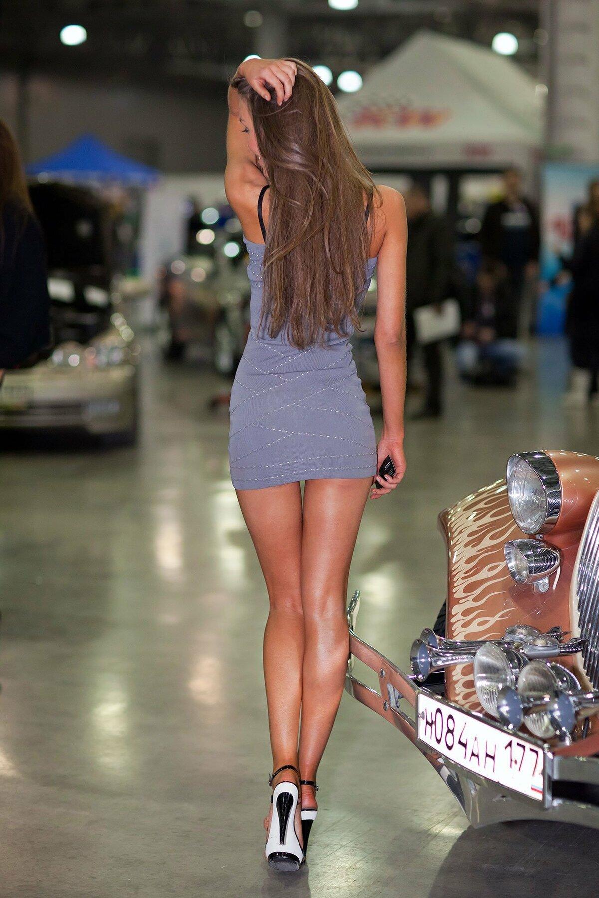 Девушки в коротких юбках и платьях