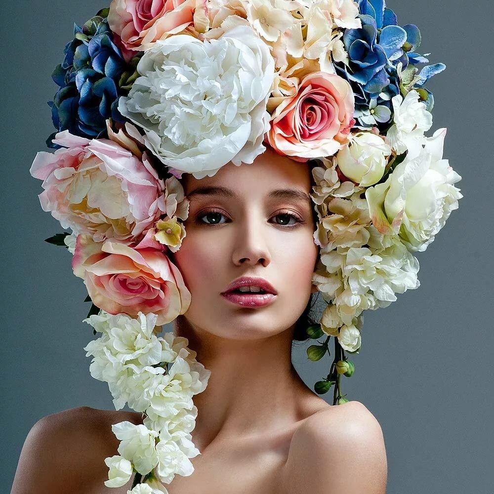 Фото с живыми цветами на лице