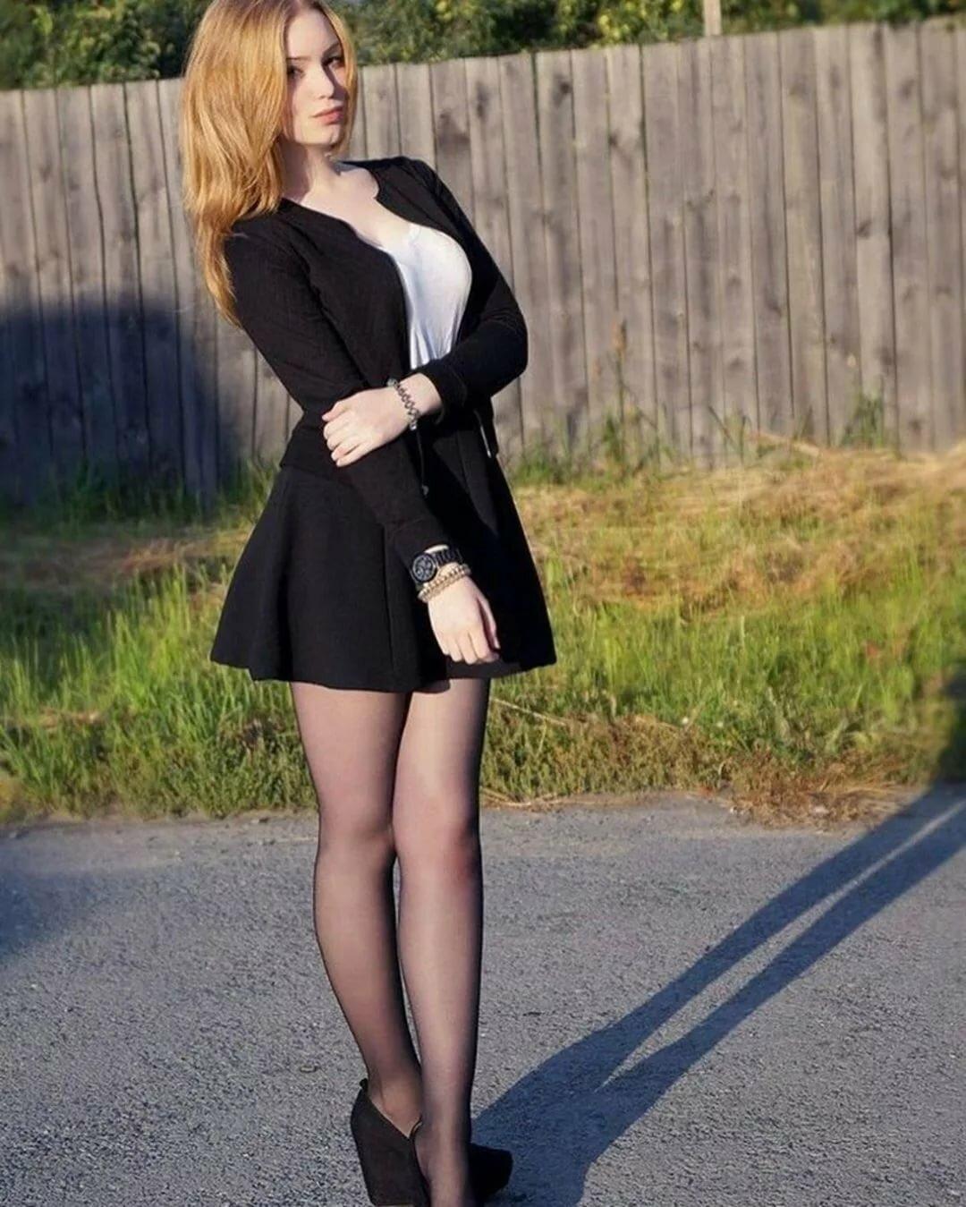 Красивые девушки в коротких юбках и черных чулках фото