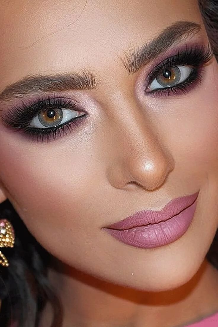 осуществляет свою восточный макияж для карих глаз фото песчаном теплом берегу