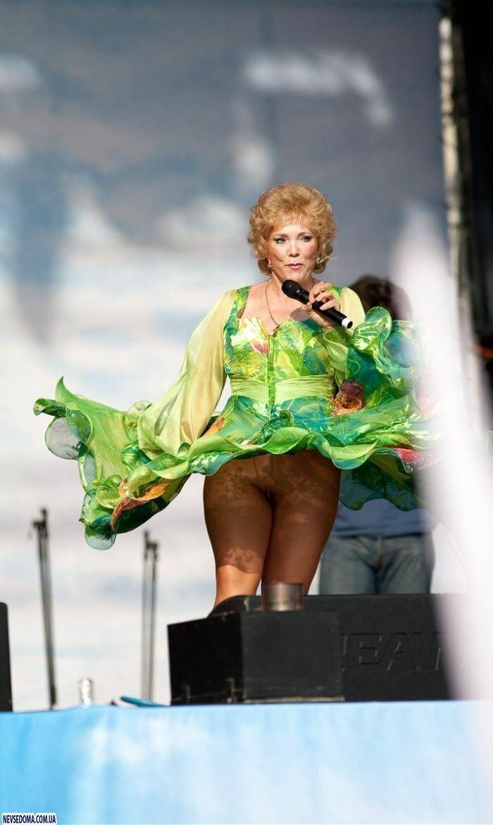 Засветы под юбками русских артисток, сперма в анале видео