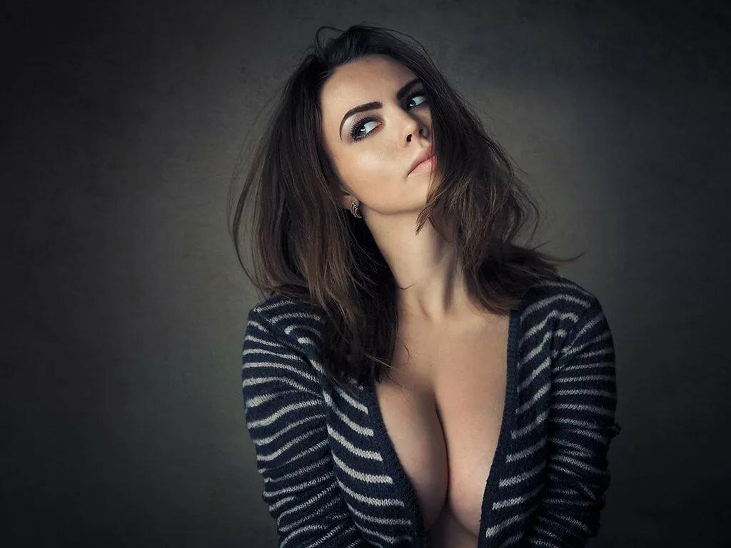 Студийные фото большой груди женщина испытывает сильный