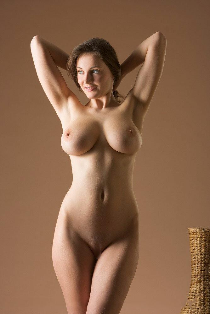 Сисечки лифчик широкобедрые голые девушки