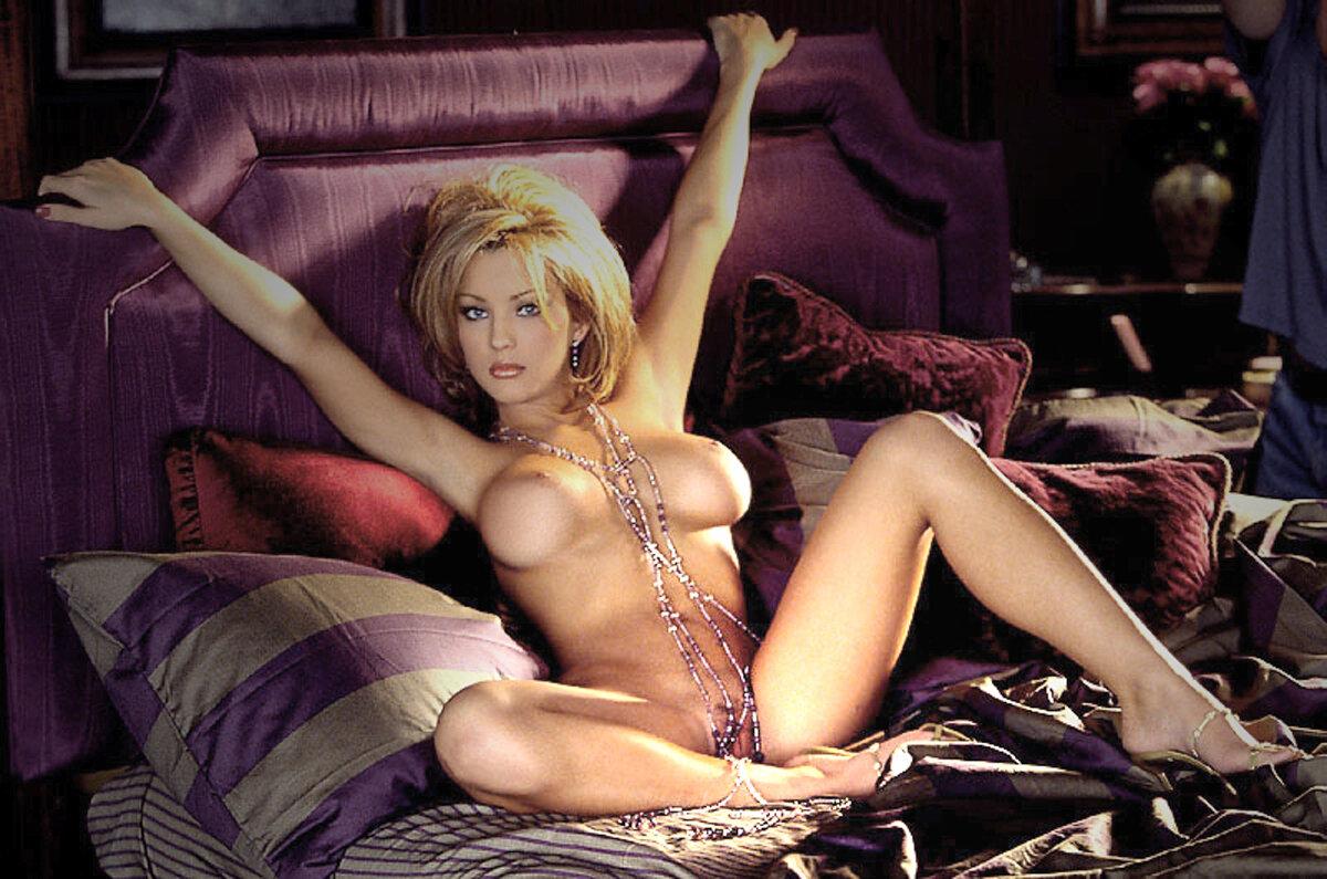 Катя разделась догола и начала массировать свою нежную пизденку
