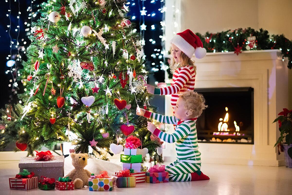 Буквицами, новогодние картинки с подарками и елочкой