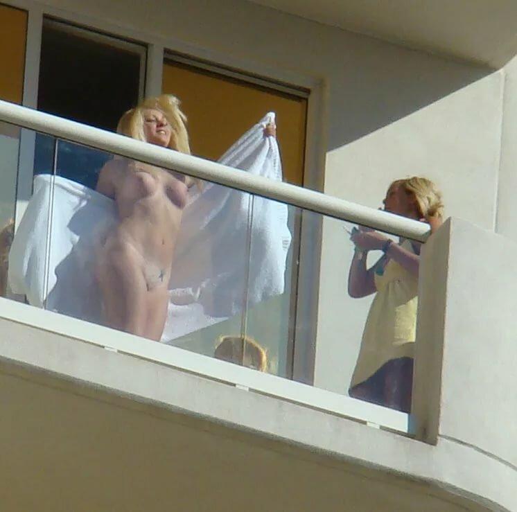 голышом на балконе подсмотренное тут ещё