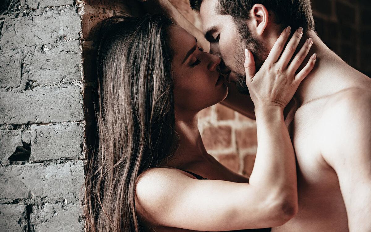 Молодая пара страстно целуется фото 10
