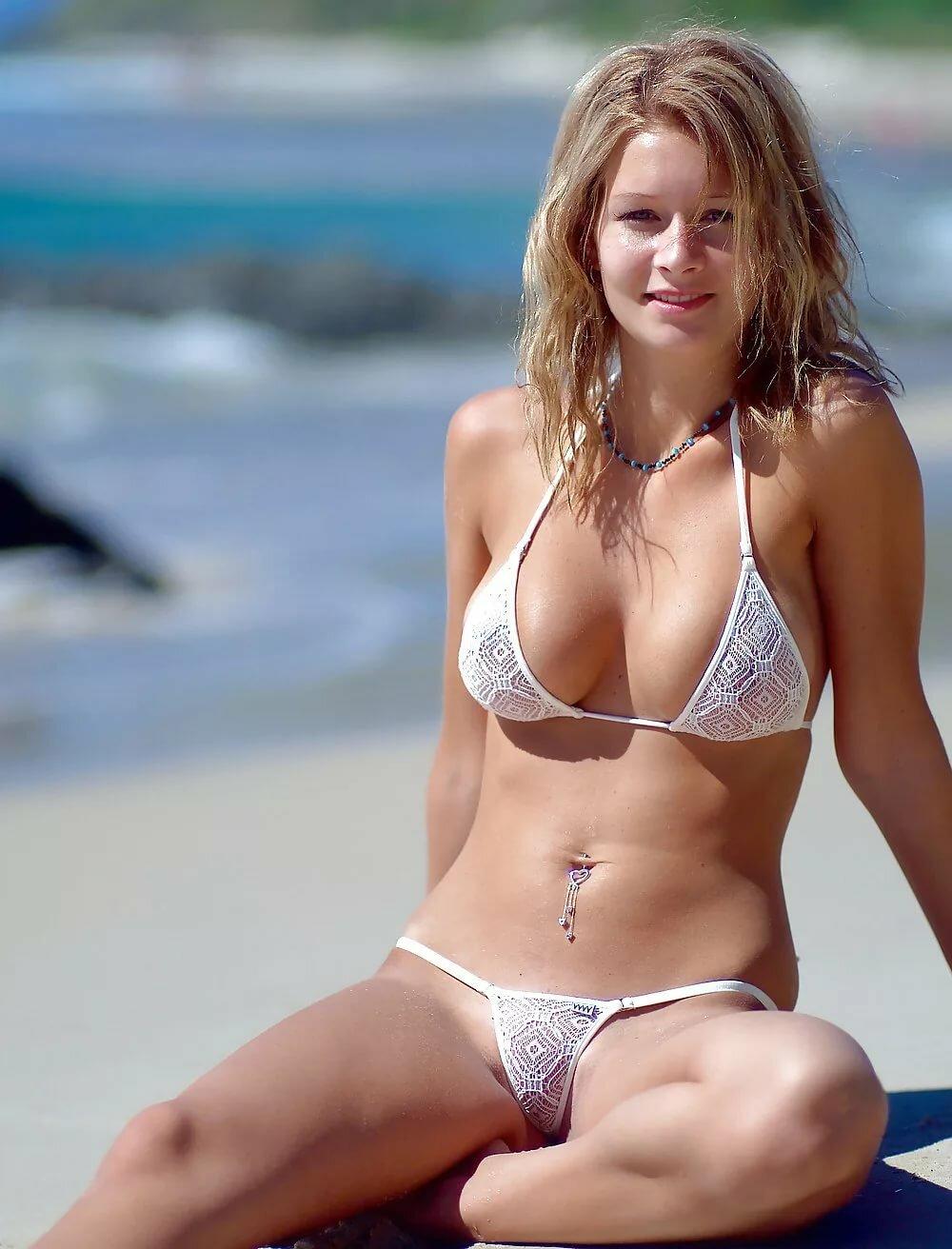 Девушки на пляже в мини купальниках любительские фото