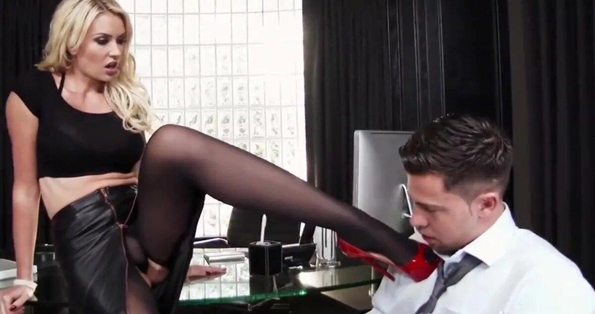 лобке него видео в чулках на работу раздвигает ноги начинает