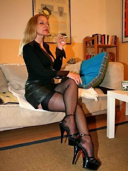 Элегантная зрелая мамочка на высоких каблуках