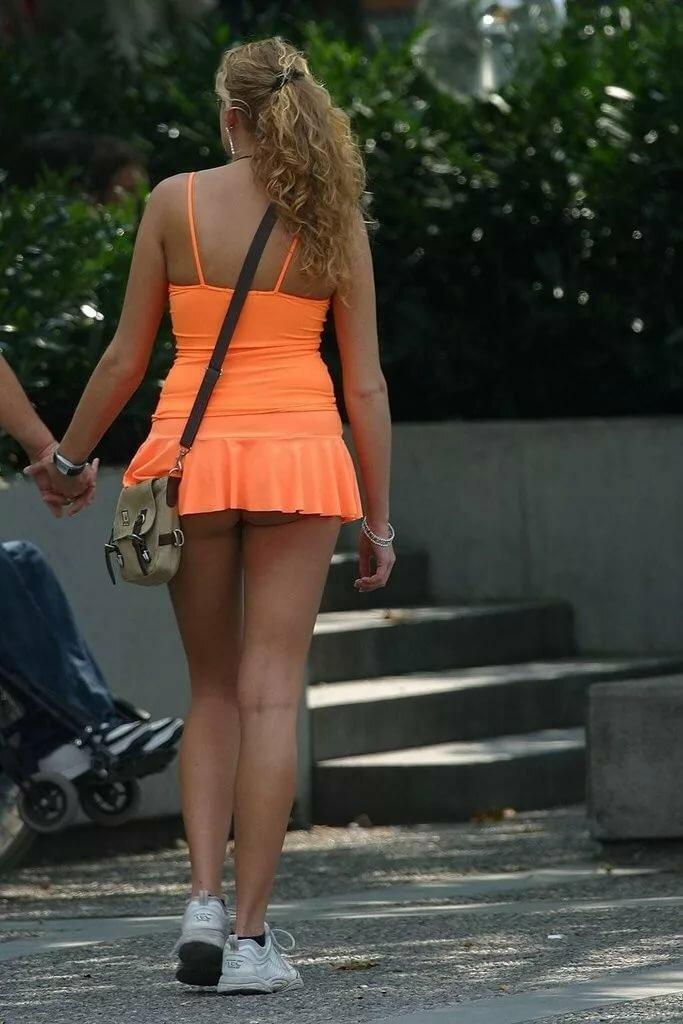 В очень короткой юбке на улице видео