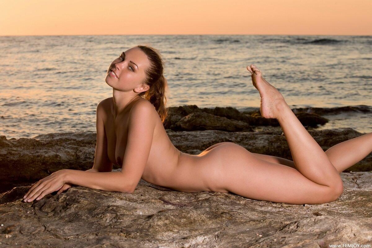 стриптиз молодых на пляже снимает маруси