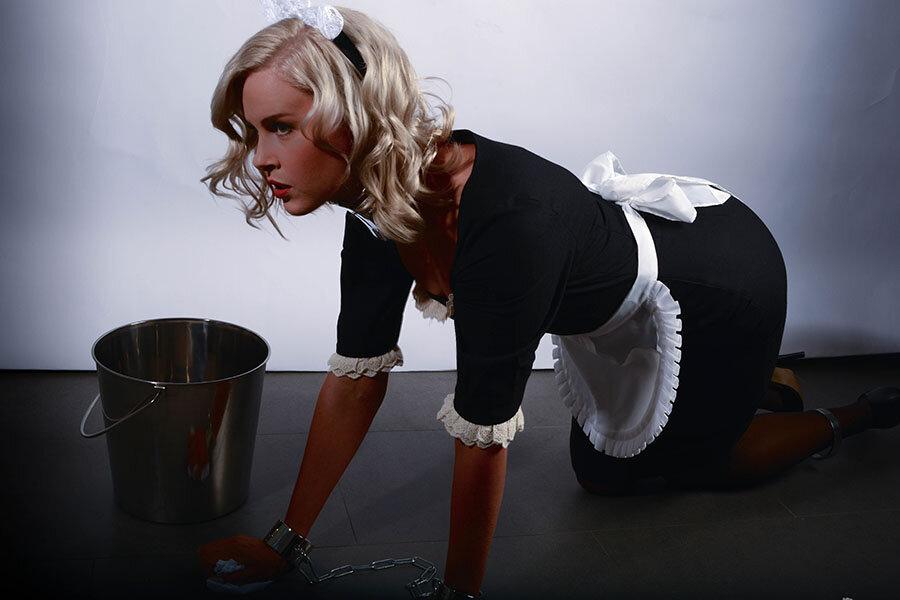 госпожа и прислуга делает уборку туда