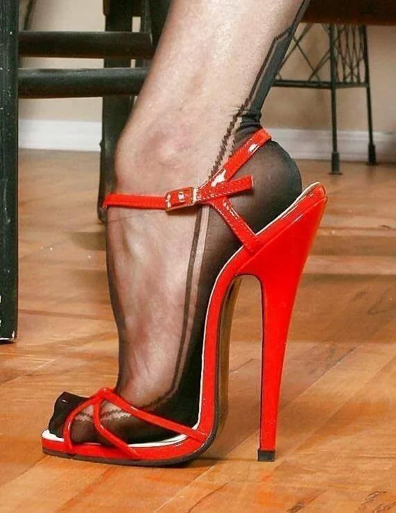 Рабыни снять обувь, попутчица расплатилась с парнями натурой
