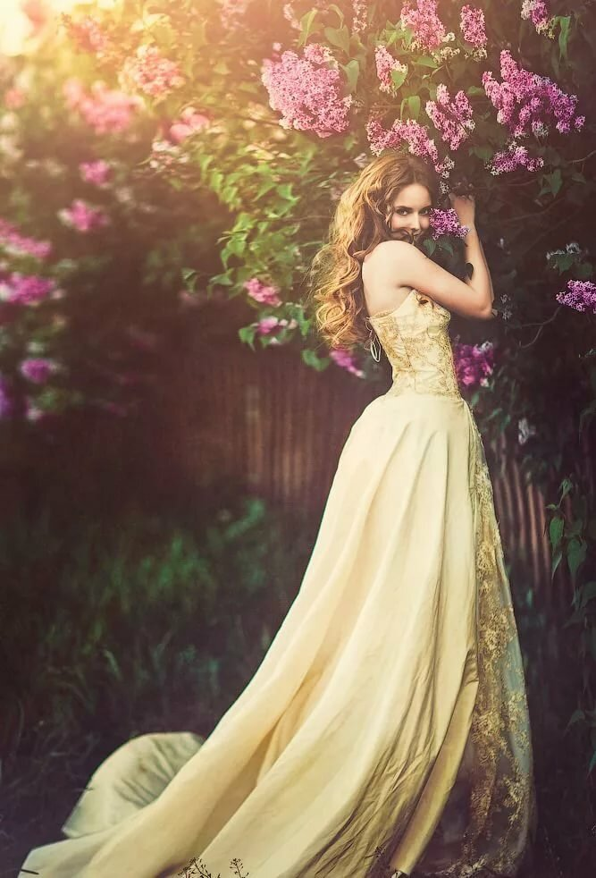 Девушки с длинными платьями