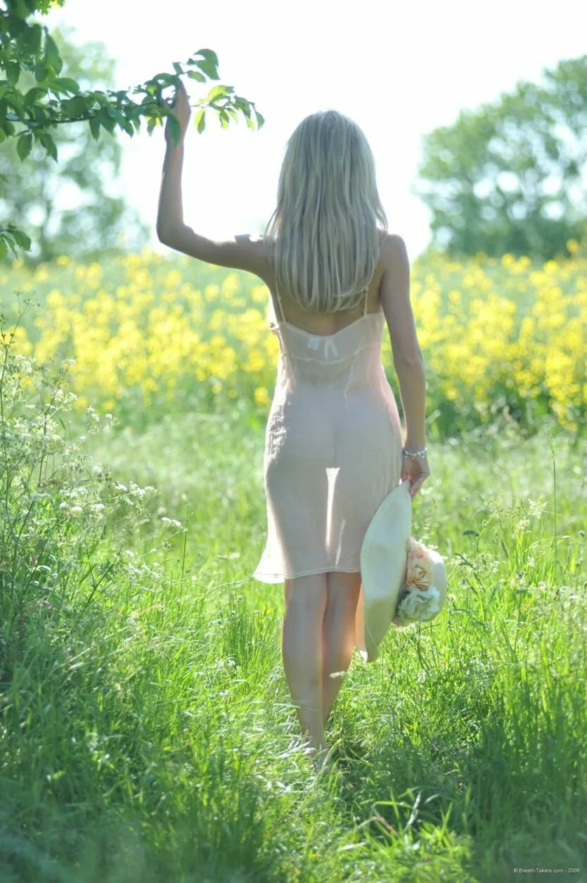 Мокрое просвечвающее платье на девушке делает минет ласкает