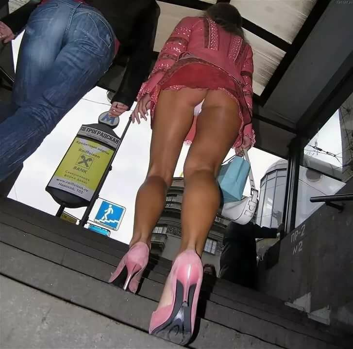 Под юбкой у женщин фото видео коже