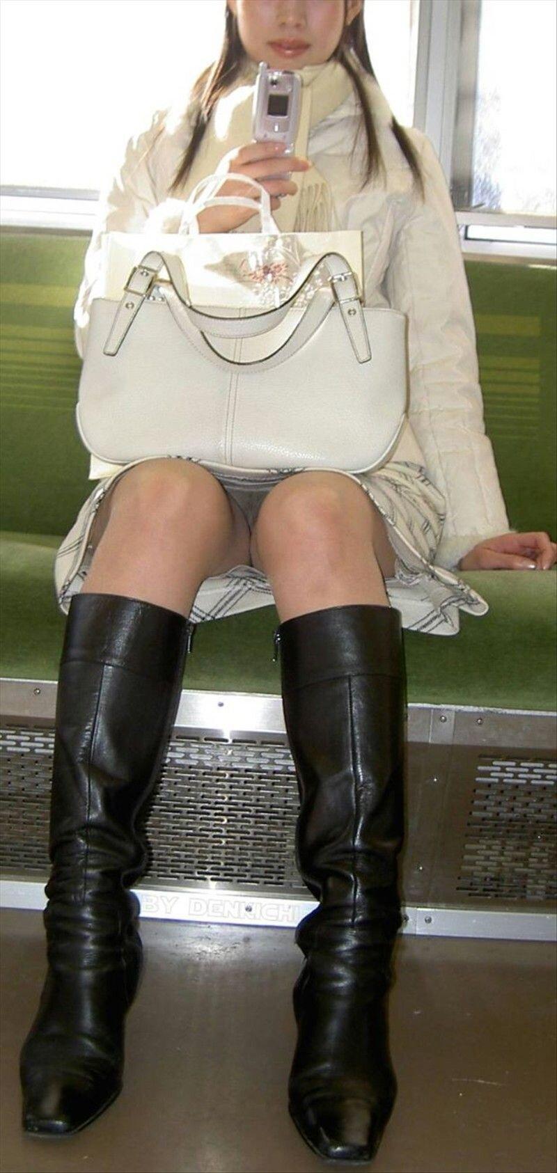 поближе, в колготках под юбкой в транспорте матери