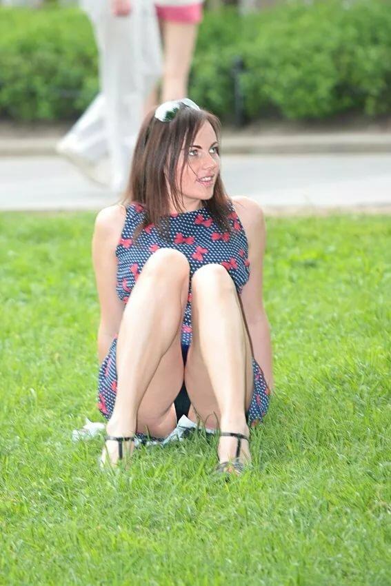 Девушка сидит и видно между ног — img 3