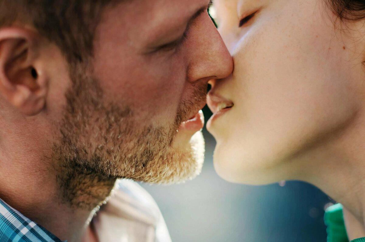 Картинки женщина целует мужчину, годовщину свадьбы