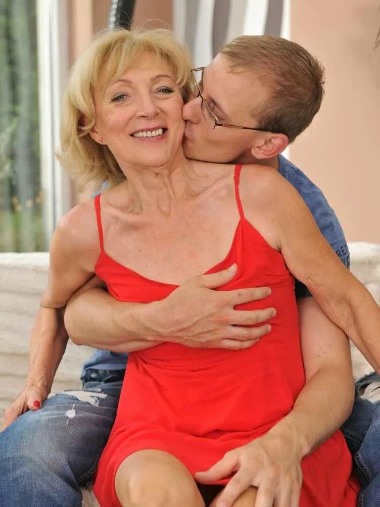 секс старой женщины с молодым