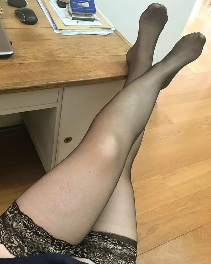 Фото женские ножки в чулках и колготках, самая крутая подборка где телкам кончают в рот не высовывая