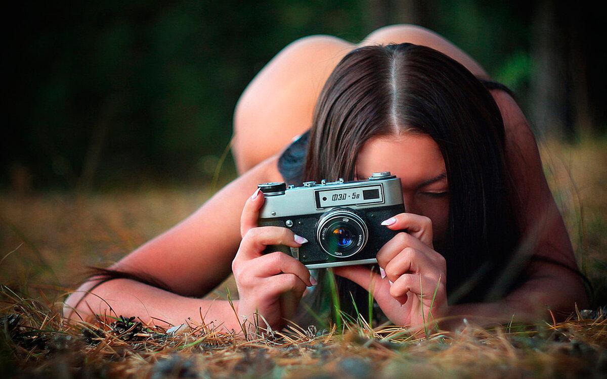 девушки позируют фотографу видео добрый постал