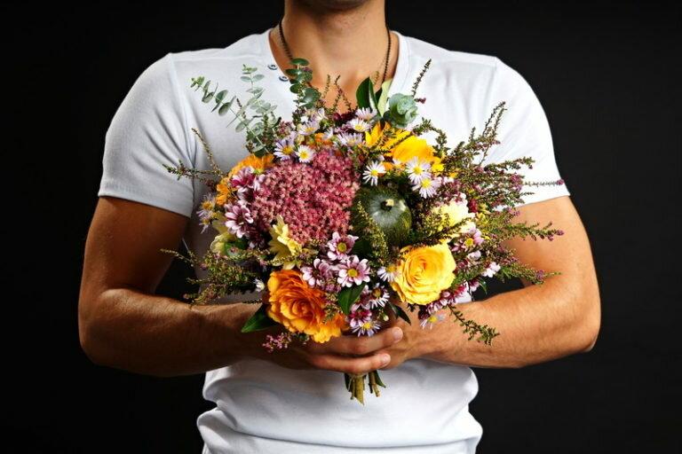 Картинки мужчины с цветами с днем рождения женщине
