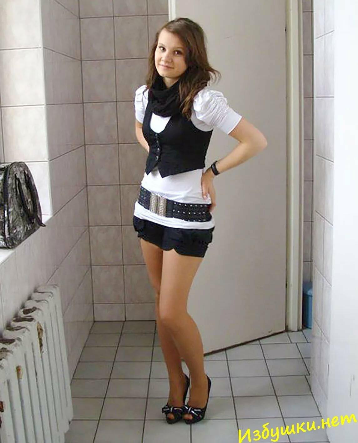 Девушки в мини юбках в туалете, обтягивающие трусики на пляже фото
