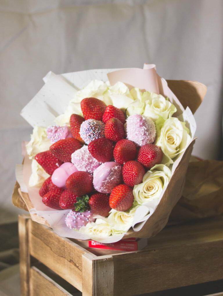 Букеты из розовых цветов и фруктов москва