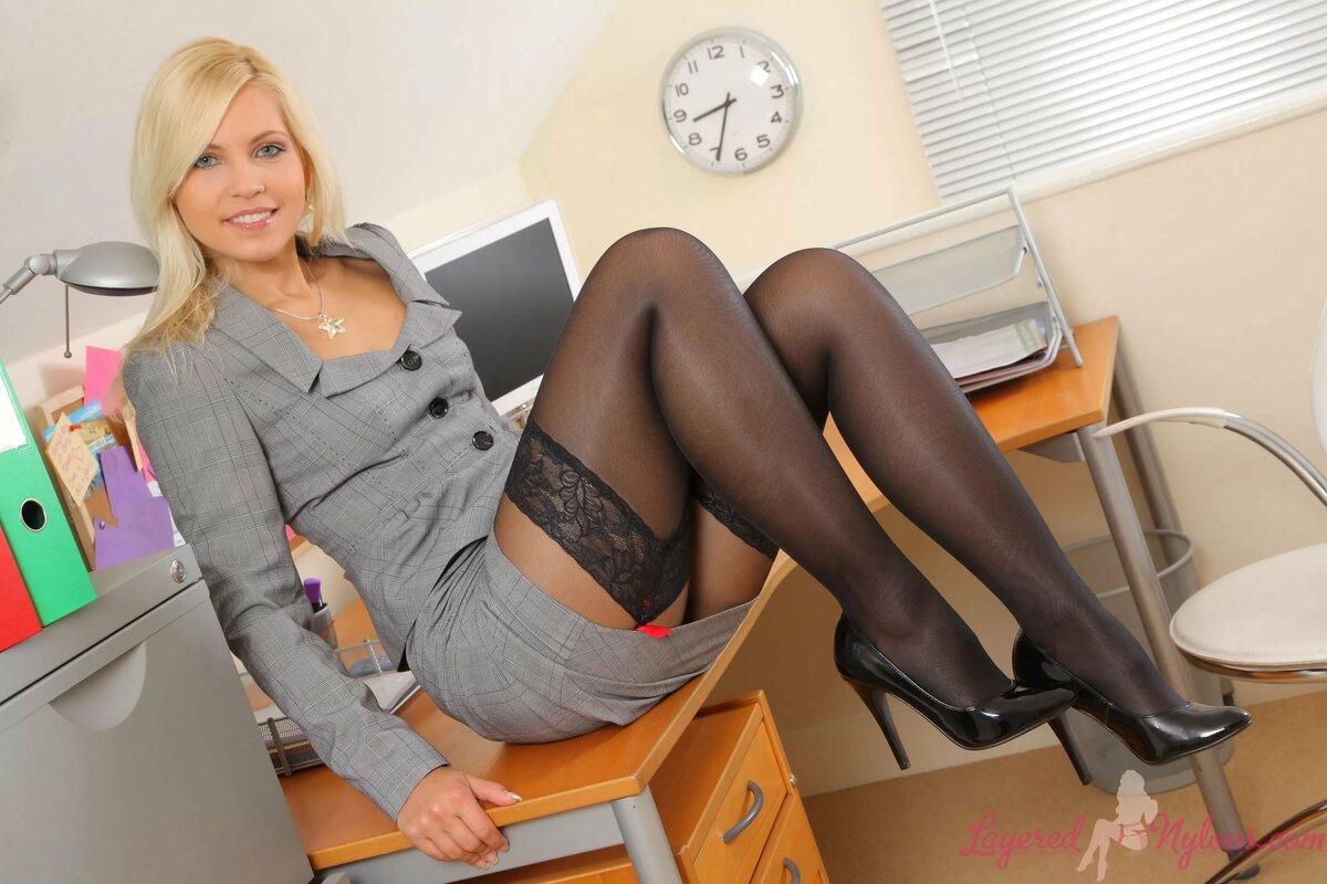 куколка сексуальная красотка в офисе них всех просто