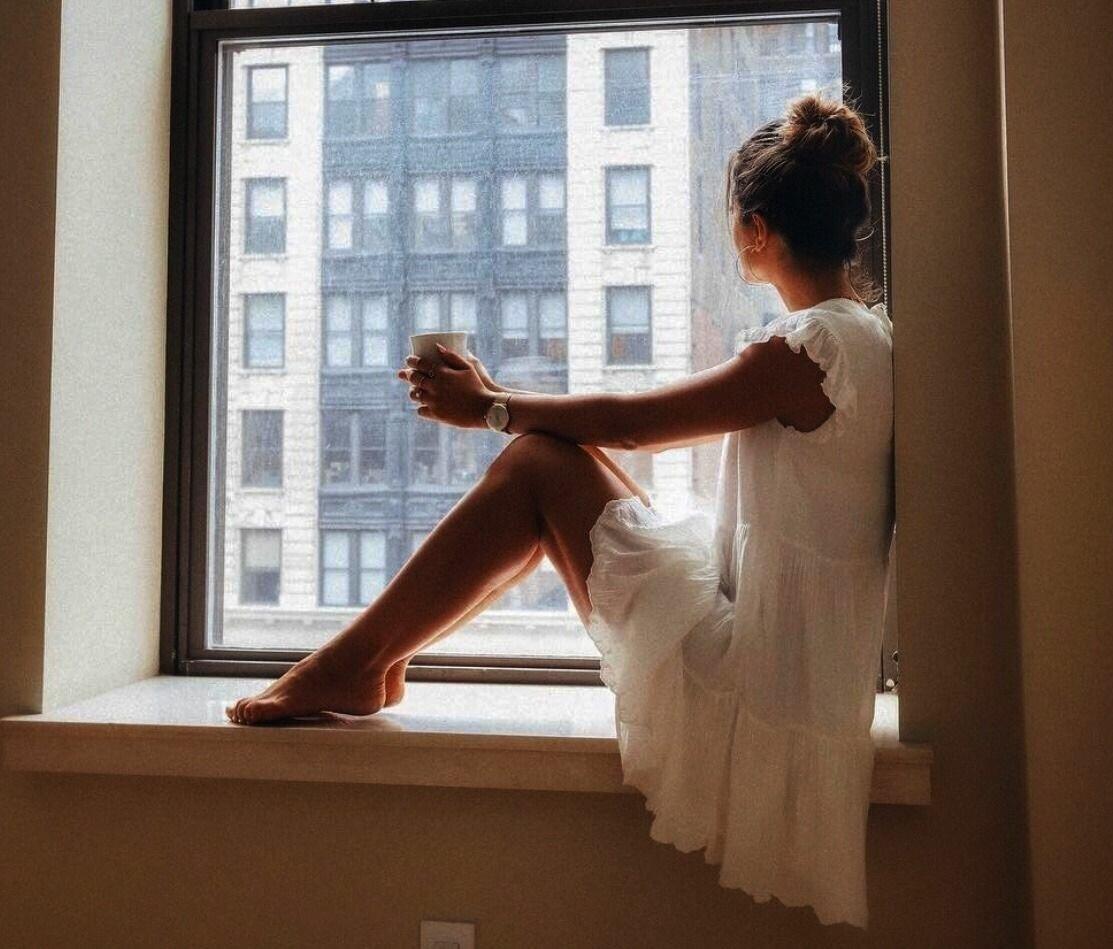 Девушка думает у окна картинки