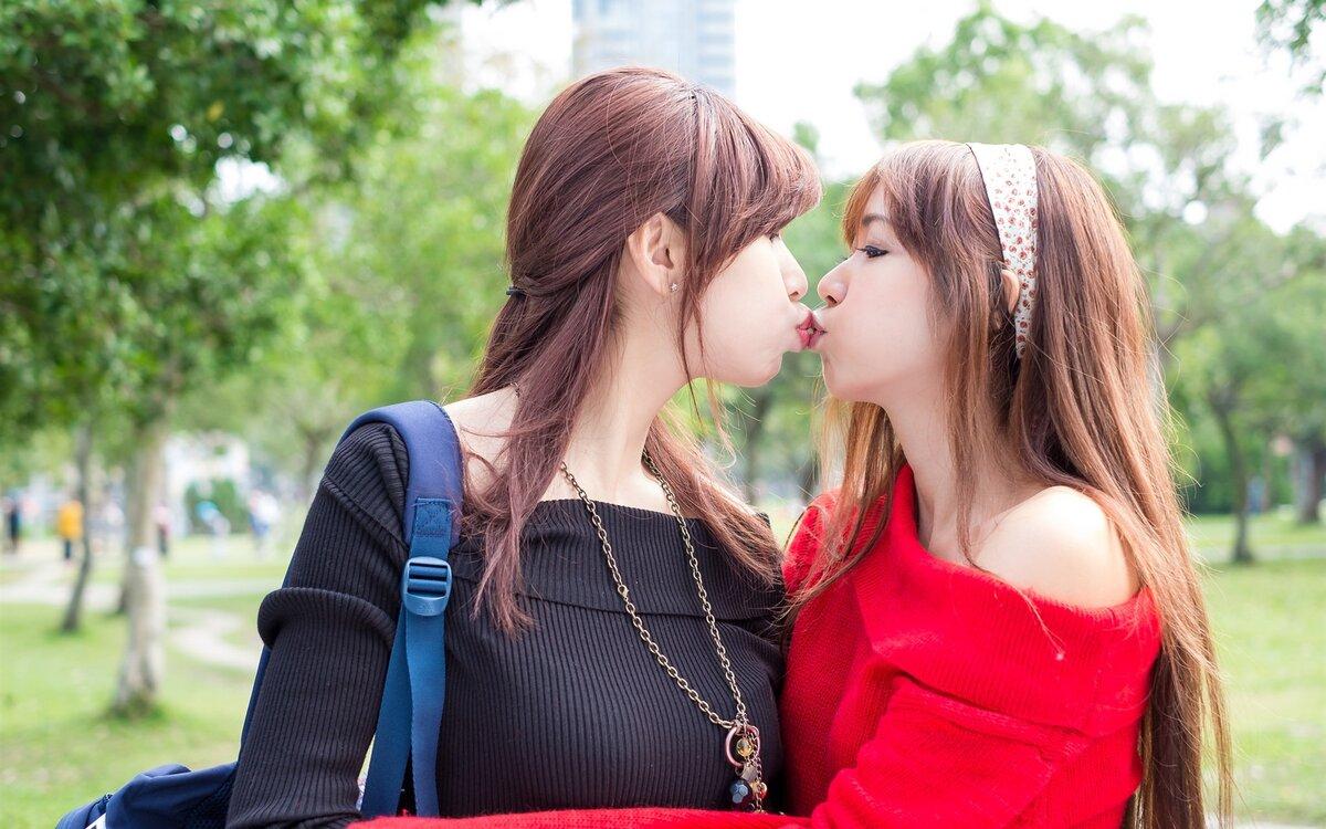 Картинки целующихся девушек
