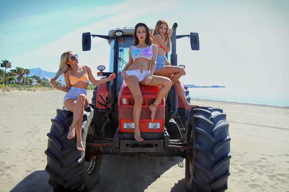 формы, несмотря девушки и трактор фото красиво