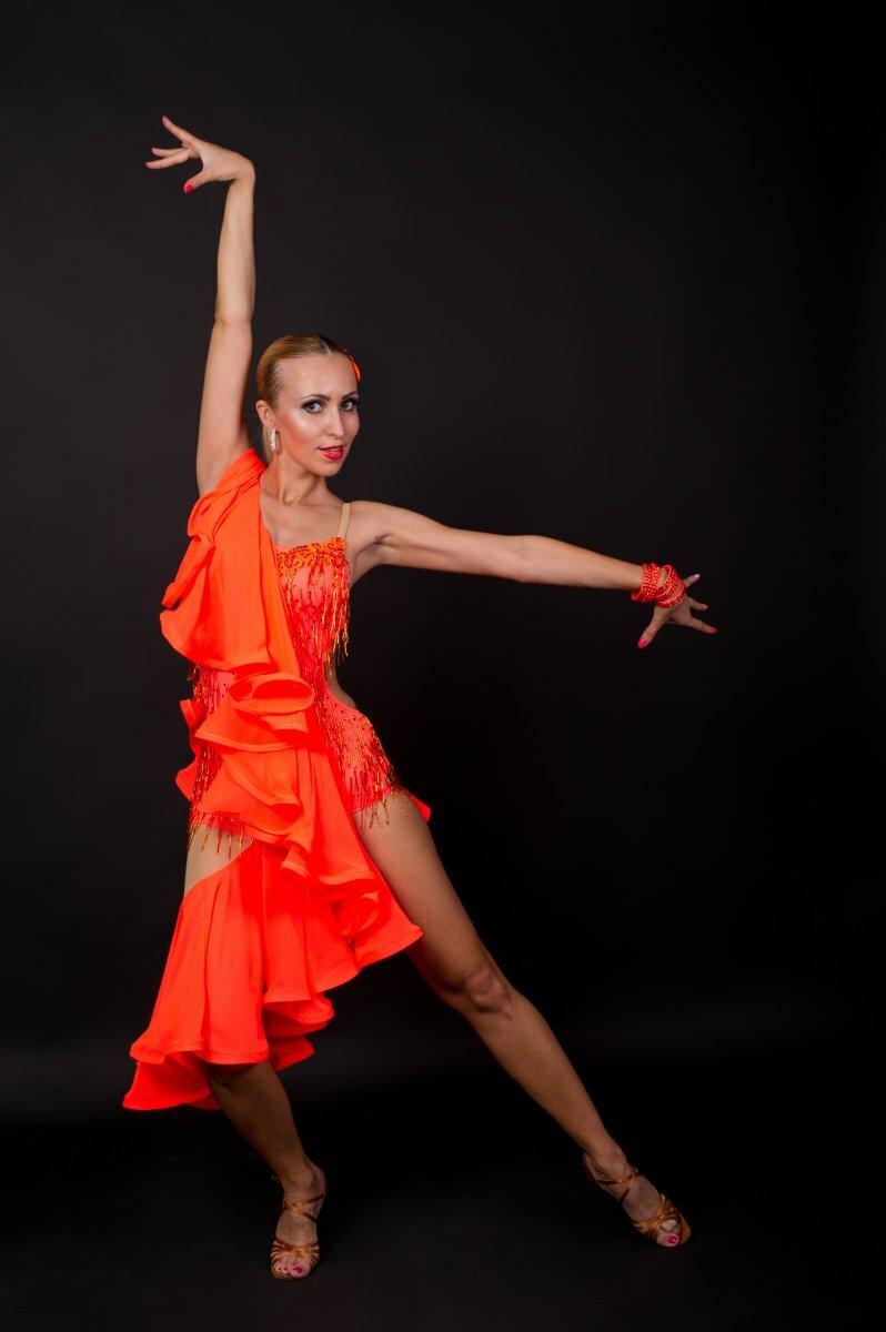 фото танцовщиц латиноамериканских танцев левом предплечье правый