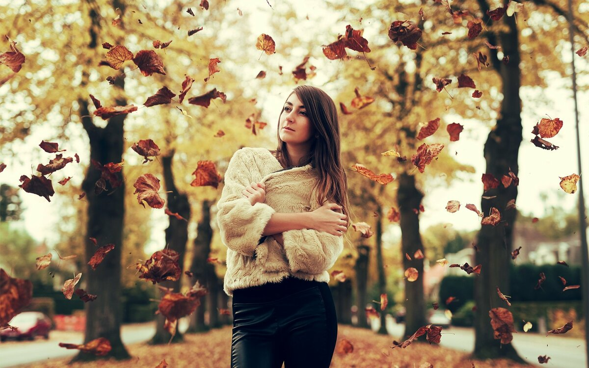 Картинки девушки в листья осенью