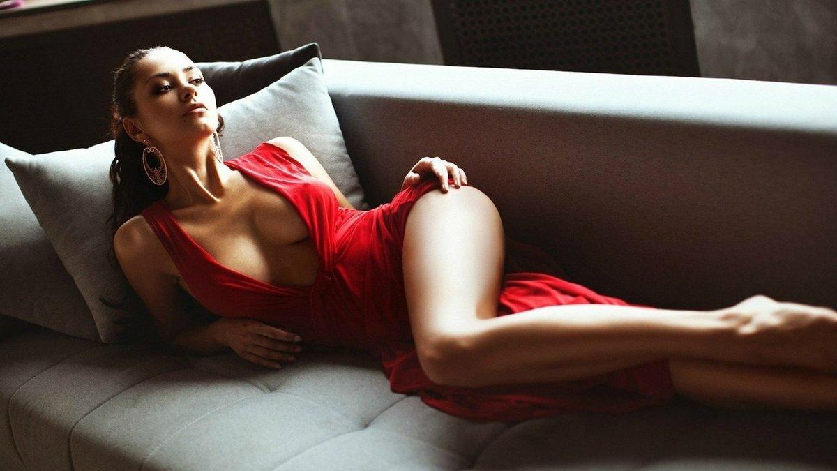 Девушка полуголая на диване, кончить на попу фото