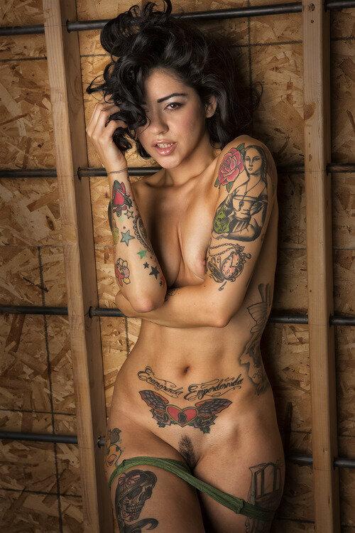 Голая девушка с татуировками фото #2