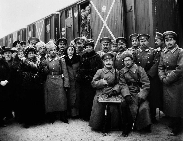 Офицеры и солдаты Лейб-гвардии Семёновского полка на вокзале перед отправкой на фронт. Дата съемки: 1916 год.