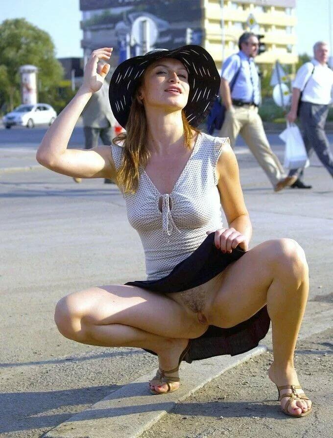 Женщины и девушки на улице на корточках без трусов