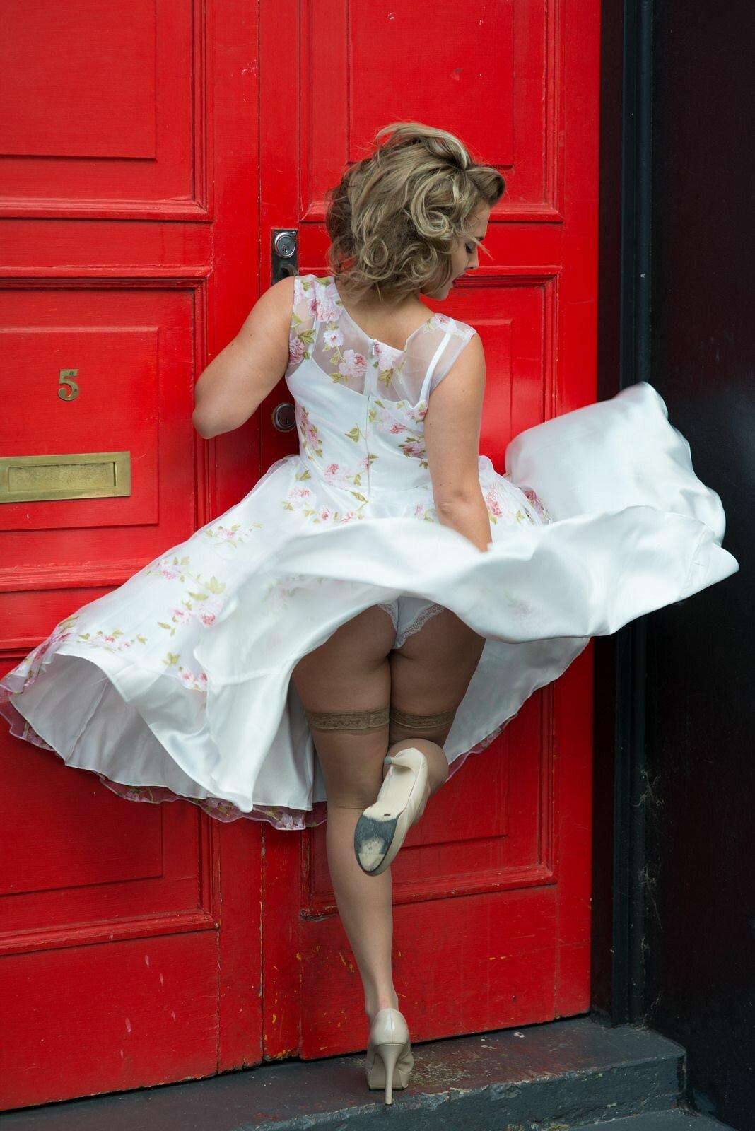 женщина подняла юбку - 6