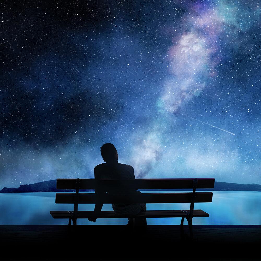 Картинка звездная ночь парень сидит