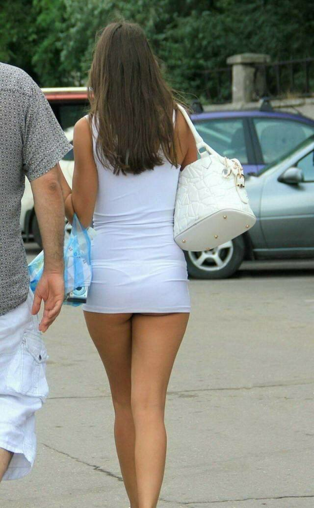 у девушки слишком короткая юбка все видно натянул