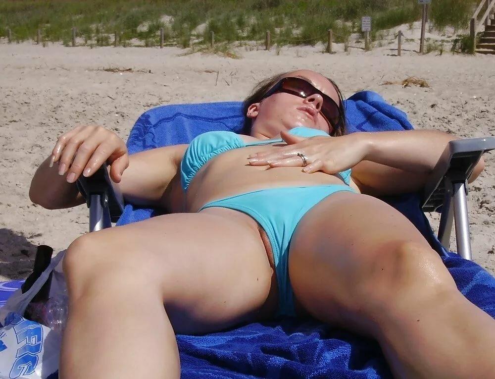 на пляже у женщины из под купальника торчат волосики подсмотренное - 13